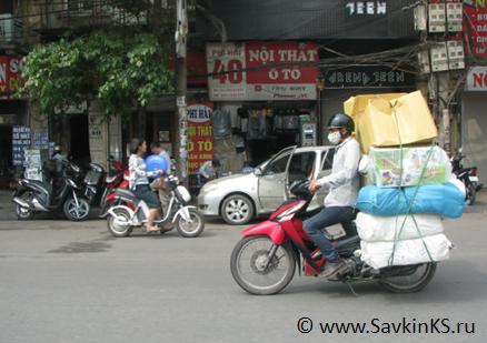 вьетнамец использует байк/скутер - быстро и мобильно